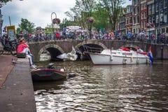 Άμστερνταμ, με τα λουλούδια και τα ποδήλατα στις γέφυρες πέρα από τα κανάλια, Ολλανδία, Κάτω Χώρες Στοκ εικόνες με δικαίωμα ελεύθερης χρήσης