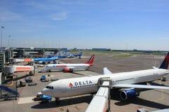 Άμστερνταμ οι Κάτω Χώρες - 13 Μαΐου 2016: Αεροπλάνα στην πλατφόρμα Στοκ Εικόνα