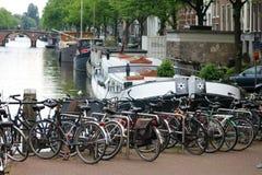 Άμστερνταμ, οι Κάτω Χώρες, τα κανάλια πόλεων, οι βάρκες, οι γέφυρες και οι οδοί Μοναδική όμορφη και άγρια ευρωπαϊκή πόλη Στοκ Φωτογραφίες