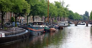 Άμστερνταμ, οι Κάτω Χώρες, τα κανάλια πόλεων, οι βάρκες, οι γέφυρες και οι οδοί Μοναδική όμορφη και άγρια ευρωπαϊκή πόλη Στοκ εικόνα με δικαίωμα ελεύθερης χρήσης