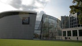 Άμστερνταμ οι Κάτω Χώρες Oktober 2017: Οι επισκέπτες περπατούν κατευθείαν του μουσείου Gogh φορτηγών απόθεμα βίντεο