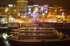 Άμστερνταμ στα φωτεινά φω'τα της πόλης νύχτας Στοκ φωτογραφία με δικαίωμα ελεύθερης χρήσης