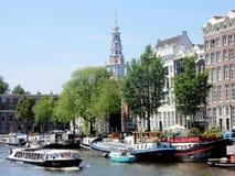 Άμστερνταμ, Zuiderkerk, κανάλι με τα σπίτια καναλιών και τις βάρκες Στοκ Εικόνες