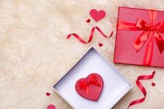 άνδρας αγάπης φιλιών έννοιας στη γυναίκα Τοπ άποψη των κόκκινων κιβωτίων δώρων με το τόξο Στοκ Εικόνα