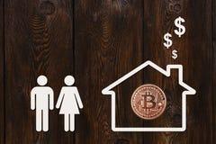Άνδρας, γυναίκα και σπίτι εγγράφου με το bitcoin Αφηρημένη έννοια Στοκ φωτογραφία με δικαίωμα ελεύθερης χρήσης