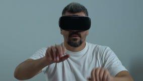 Άνδρας εργαζόμενος να τυλίξει κασκών vr στην οθόνη, εικονικό επιμορφωτικό πρόγραμμα, καινοτομία φιλμ μικρού μήκους