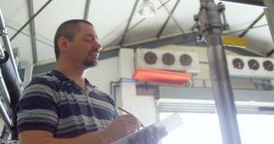 Άνδρας εργαζόμενος που γράφει σε μια περιοχή αποκομμάτων 4k απόθεμα βίντεο