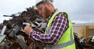 Άνδρας εργαζόμενος που γράφει στην περιοχή αποκομμάτων 4k απόθεμα βίντεο