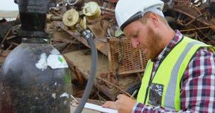 Άνδρας εργαζόμενος που εξετάζει τον κύλινδρο αερίου 4k φιλμ μικρού μήκους