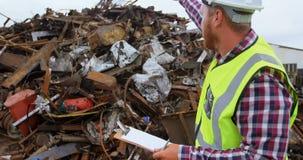 Άνδρας εργαζόμενος που εργάζεται στο junkyard 4k φιλμ μικρού μήκους