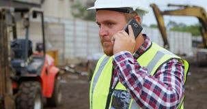 Άνδρας εργαζόμενος που μιλά στο κινητό τηλέφωνο 4k φιλμ μικρού μήκους