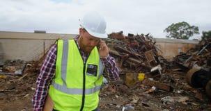Άνδρας εργαζόμενος που μιλά στο κινητό τηλέφωνο 4k απόθεμα βίντεο