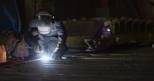 Άνδρας εργαζόμενος που χρησιμοποιεί το φανό συγκόλλησης στο εργαστήριο 4k απόθεμα βίντεο