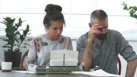 Άνδρας και γυναίκα δύο συγγραφέων στην εργασία απόθεμα βίντεο