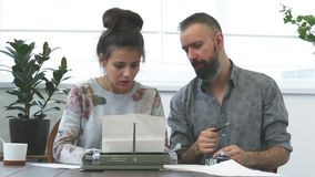 Άνδρας και γυναίκα δύο συγγραφέων στην εργασία φιλμ μικρού μήκους