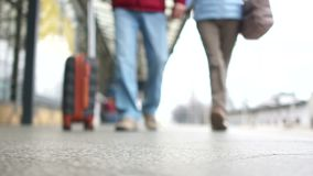 Άνδρας και γυναίκα με μια βαλίτσα που πηγαίνει στην πλατφόρμα σταθμών τρένου Οι άνθρωποι προετοιμάζονται να επιβιβαστούν στο αερο απόθεμα βίντεο