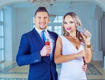 Άνδρας και γυναίκα με τα μικρόφωνα Στοκ φωτογραφία με δικαίωμα ελεύθερης χρήσης