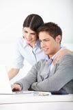 Άνδρας και γυναίκα με το lap-top Στοκ Εικόνες