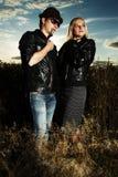 Άνδρας και γυναίκα μόδας στο πεδίο Στοκ εικόνες με δικαίωμα ελεύθερης χρήσης