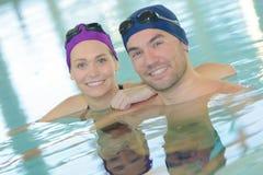 Άνδρας και γυναίκα πορτρέτου στην πισίνα Στοκ εικόνες με δικαίωμα ελεύθερης χρήσης