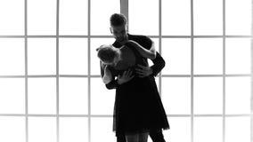 Άνδρας και γυναίκα που εκτελούν τον αισθησιακό χορό απόθεμα βίντεο