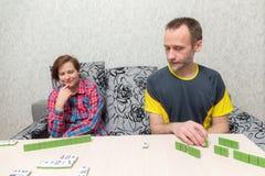 Άνδρας και γυναίκα που παίζουν mahjong Στοκ Εικόνες