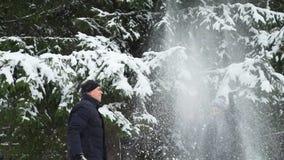 Άνδρας και γυναίκα που ρίχνουν το χιόνι επάνω φιλμ μικρού μήκους
