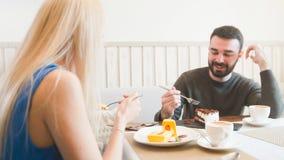 Άνδρας και γυναίκα που τρώνε τα επιδόρπια σε έναν καφέ, ρομαντικά ραντεβού στοκ φωτογραφία με δικαίωμα ελεύθερης χρήσης
