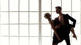 Άνδρας και γυναίκα που χορεύουν από κοινού φιλμ μικρού μήκους