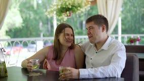Άνδρας και γυναίκα που χρονολογούν σε ένα πεζούλι καφέδων απόθεμα βίντεο