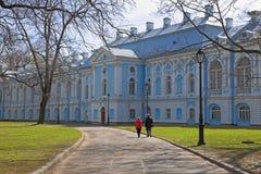 Άνδρας και γυναίκα σε έναν περίπατο στο προαύλιο του καθεδρικού ναού Smolny στοκ φωτογραφία με δικαίωμα ελεύθερης χρήσης
