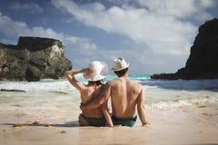 Άνδρας και γυναίκα στην παραλία Στοκ εικόνα με δικαίωμα ελεύθερης χρήσης