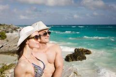 Άνδρας και γυναίκα στην παραλία Στοκ φωτογραφίες με δικαίωμα ελεύθερης χρήσης