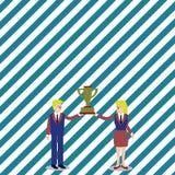 Άνδρας και γυναίκα στο επιχειρησιακό κοστούμι που διατηρεί τη συνοχή το φλυτζάνι τροπαίων νικητών πρωταθλήματος μεταξύ τους ανασκ απεικόνιση αποθεμάτων