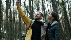 Άνδρας και γυναίκα τουριστών που παίρνουν τη φωτογραφία στο τηλέφωνο απόθεμα βίντεο