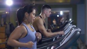 Άνδρας και γυναίκα treadmill απόθεμα βίντεο