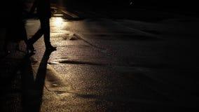 Άνδρας και νέα γυναίκα που περπατούν σε μια οδό Χέρια εκμετάλλευσης ζεύγους κατά την ημερομηνία τους σε μια οδό πόλεων στα ξημερώ φιλμ μικρού μήκους