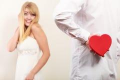 Άνδρας με διαμορφωμένο το καρδιά κιβώτιο δώρων για τη γυναίκα Στοκ εικόνες με δικαίωμα ελεύθερης χρήσης