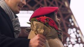Άνδρας με τα λουλούδια που εξαπατά τη φίλη, γυναίκα που περιμένει το φίλο, χρονολόγηση ζευγών απόθεμα βίντεο