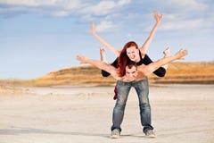 Άνδρας με τη γυναίκα στην πλάτη στοκ εικόνες με δικαίωμα ελεύθερης χρήσης