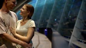 Άνδρας που αγκαλιάζει τη γυναίκα στο ρομαντικό βράδυ κοντά στο εμπορικό κέντρο πόλεων, χρονολόγηση, κινηματογράφηση σε πρώτο πλάν στοκ εικόνες με δικαίωμα ελεύθερης χρήσης