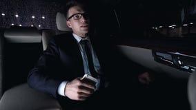 Άνδρας που ανατρέπεται μετά από να πάρει το μήνυμα κειμένου από τη γυναίκα, αποτυχία ημερομηνίας, οδήγηση αυτοκινήτων απόθεμα βίντεο
