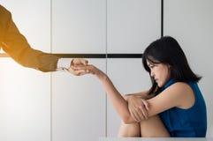 Άνδρας που δίνει το χέρι στην καταθλιπτική γυναίκα, ασθενής χεριών εκμετάλλευσης ψυχιάτρων, διανοητική έννοια υγειονομικής περίθα στοκ φωτογραφία με δικαίωμα ελεύθερης χρήσης