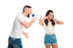 άνδρας που κραυγάζει στη γυναίκα με τη βοήθεια megaphone, Στοκ εικόνα με δικαίωμα ελεύθερης χρήσης