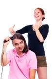 Άνδρας που ξυρίζουν το τρίχωμά του και γυναίκα που γελά σε τον στοκ εικόνα με δικαίωμα ελεύθερης χρήσης