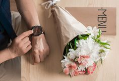 Άνδρας που περιμένει τη γυναίκα με τα λουλούδια Στοκ φωτογραφία με δικαίωμα ελεύθερης χρήσης