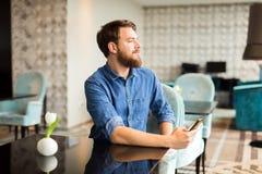 Άνδρας που περιμένει τη γυναίκα στο εστιατόριο Στοκ φωτογραφία με δικαίωμα ελεύθερης χρήσης