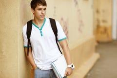 άνδρας σπουδαστής κολλ στοκ εικόνα με δικαίωμα ελεύθερης χρήσης