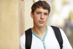 άνδρας σπουδαστής κολλ στοκ φωτογραφίες