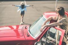 Άνδρας στο αυτοκίνητο που εξετάζει τη γυναίκα Στοκ εικόνες με δικαίωμα ελεύθερης χρήσης